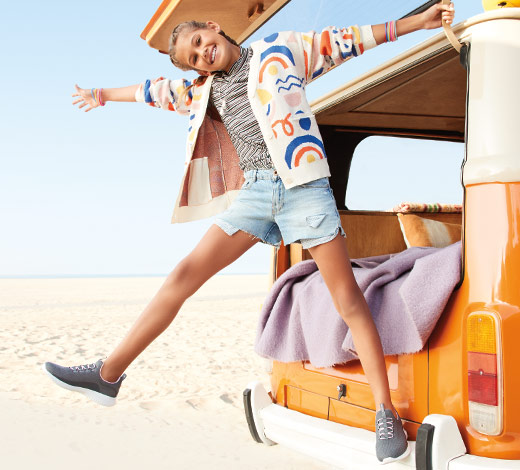 Chaussures de types slip-on et athlétiques incluant les Skechers Gowalk pour filles