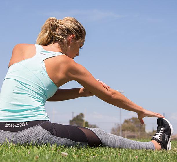 Trouvez les vêtements Skechers Performance pour femmes incluant les hauts et les bas